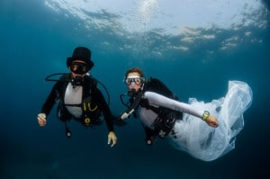 Devant la plage du Larvotto, les futurs mariés, Pierre et Mara dans leurs costumes sous-marin prévu à cet effet.