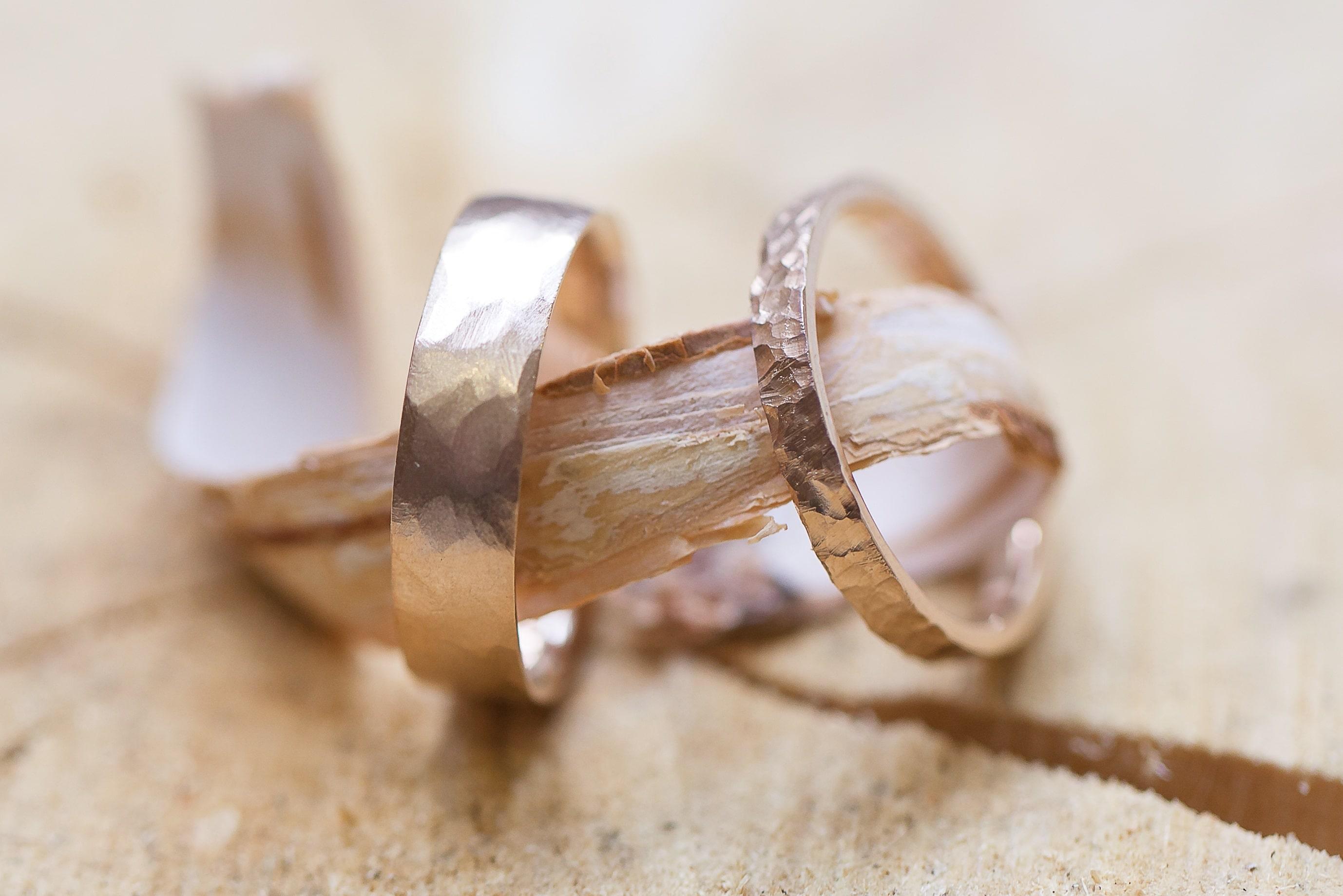 Le jour du mariage, n'oubliez pas de choisir un porte alliance ...