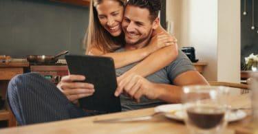 Un couple regarde une tablette